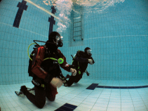Learn how to use a Dry Suit correctly in the swimming pool orientation.